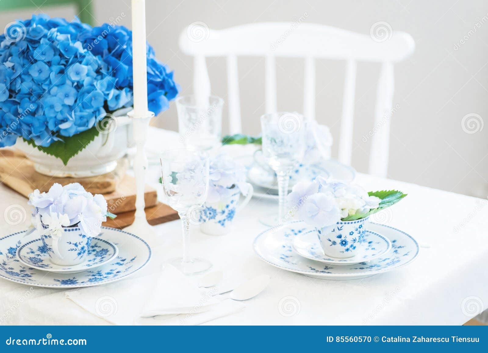 Elegantes Gedeck mit Blumen