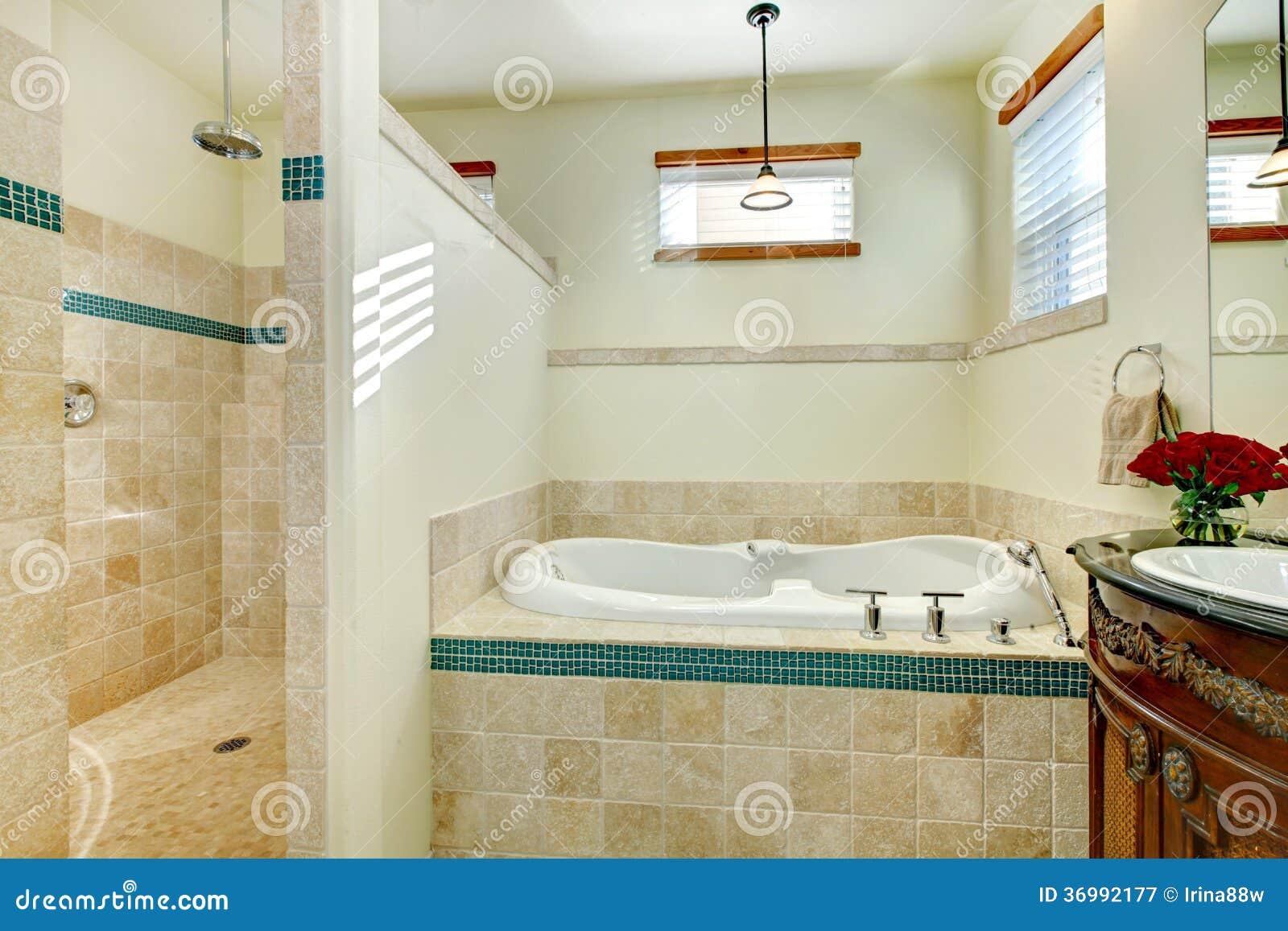 elegantes modernes badezimmer mit einem antiken hölzernen, Hause ideen