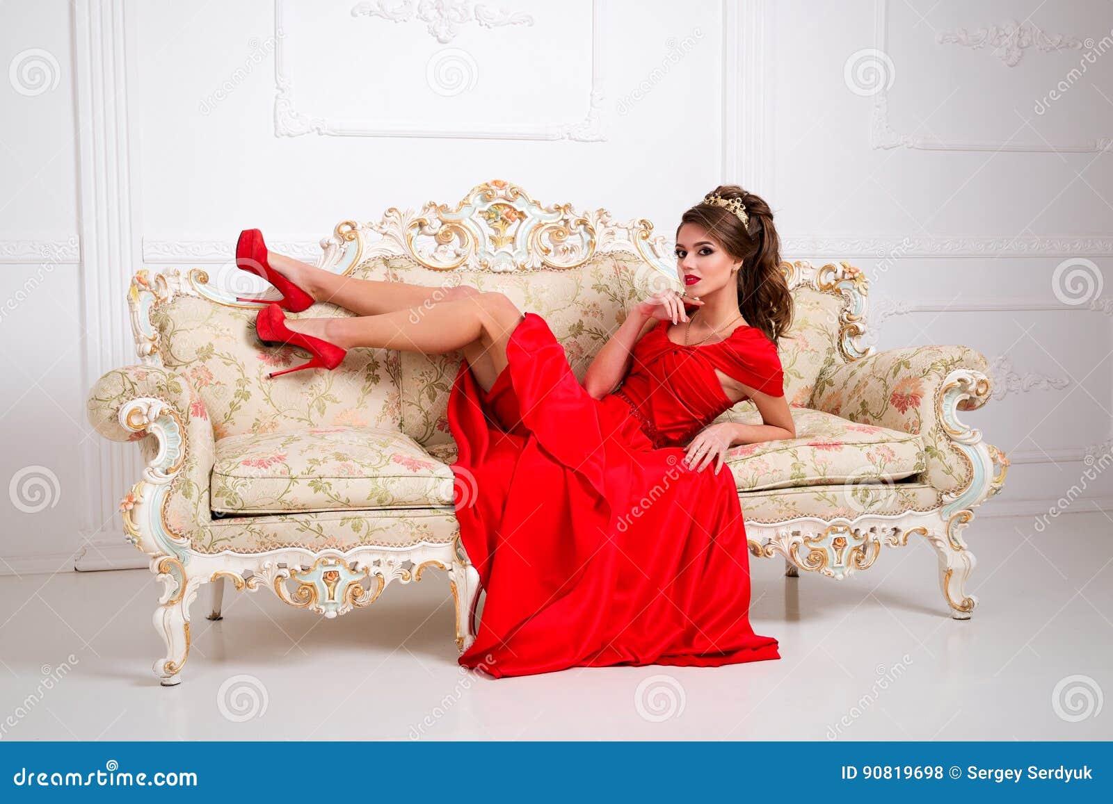 Elegantes Schönes Mädchen In Einem Langen Roten Kleid Und In Den