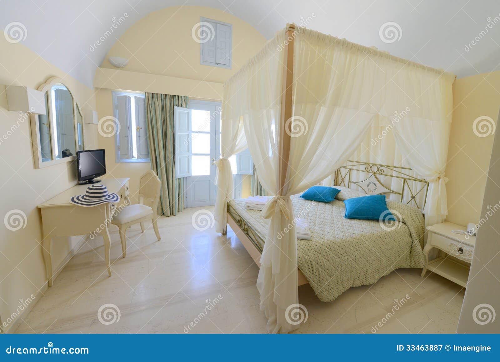 Elegantes schlafzimmer mit einem zeltbett in der beige lizenzfreie ...