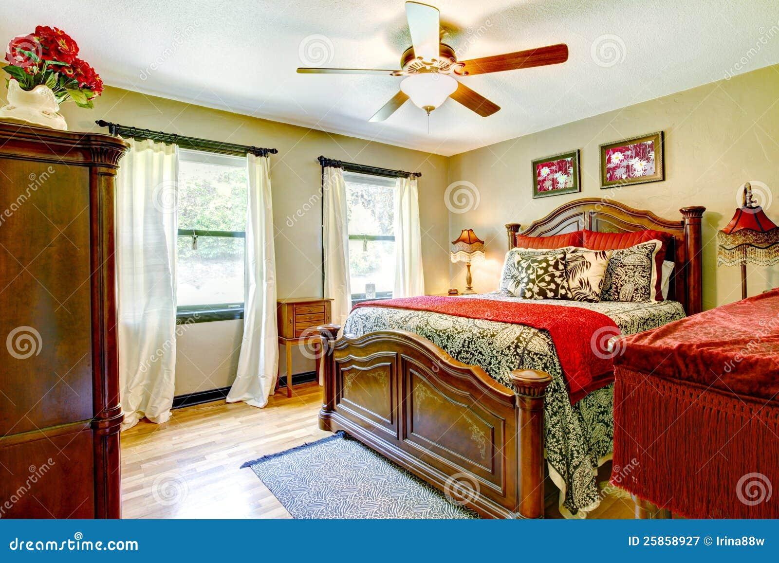 Elegantes Schlafzimmer Mit Rot Und Goldinnenraum. Stockbild - Bild ...