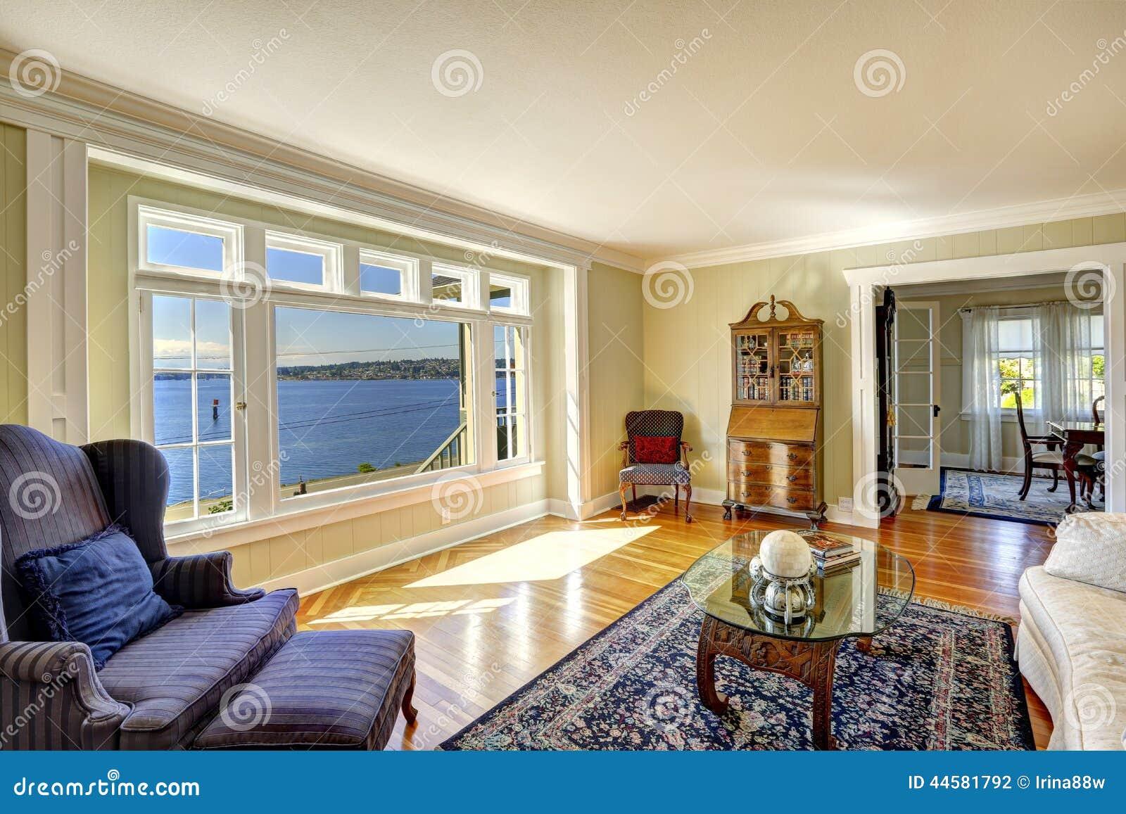 Elegantes wohnzimmer mit ansicht der antiken m bel und des wassers real - Elegante wohnzimmer ...