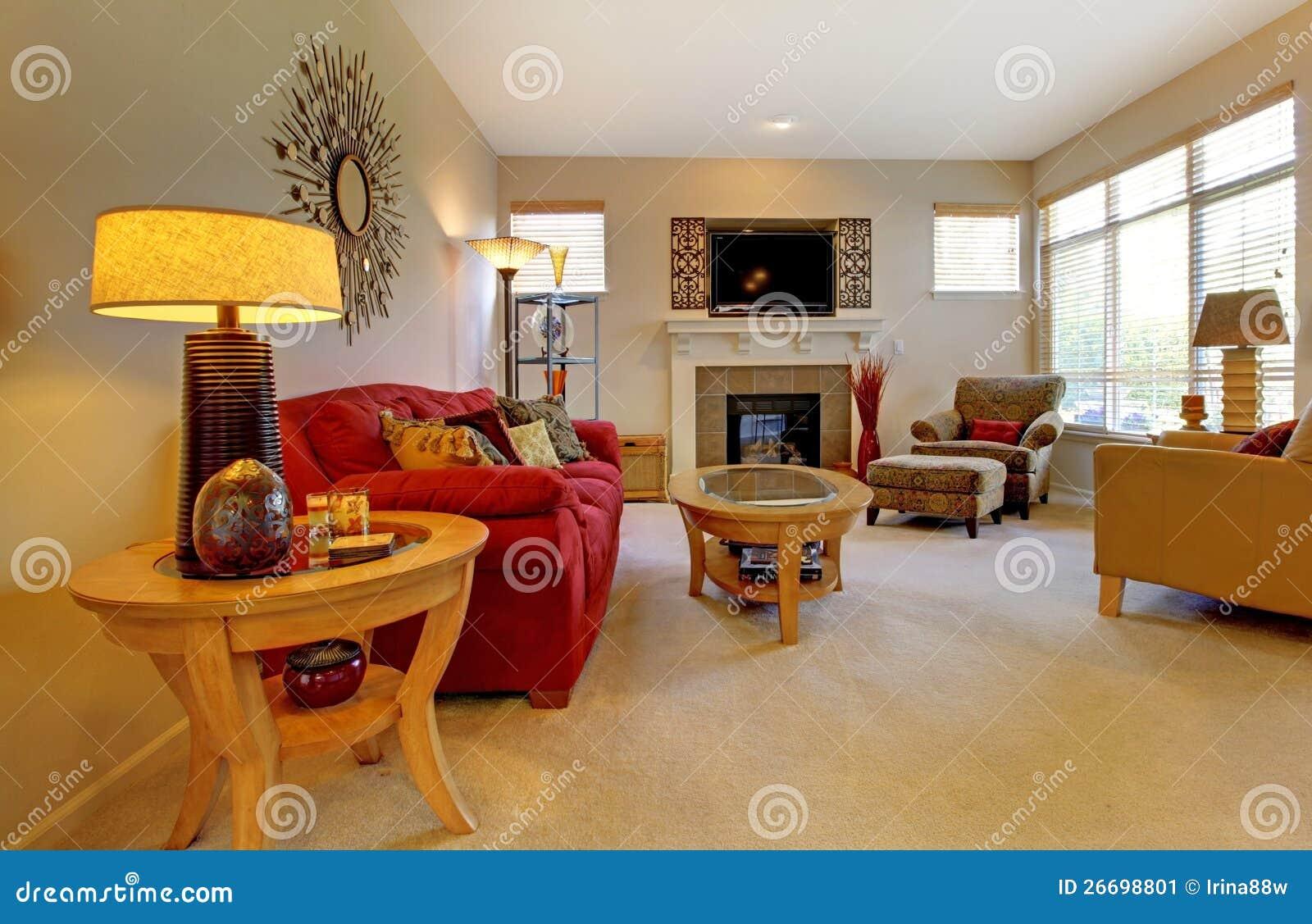 Elegantes wohnzimmer mit rotem sofa kamin fernsehapparat und vielen