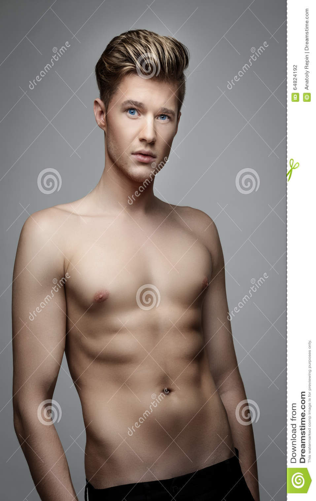 Elegantt stiligt manbarn Manligt ta av ens kläder