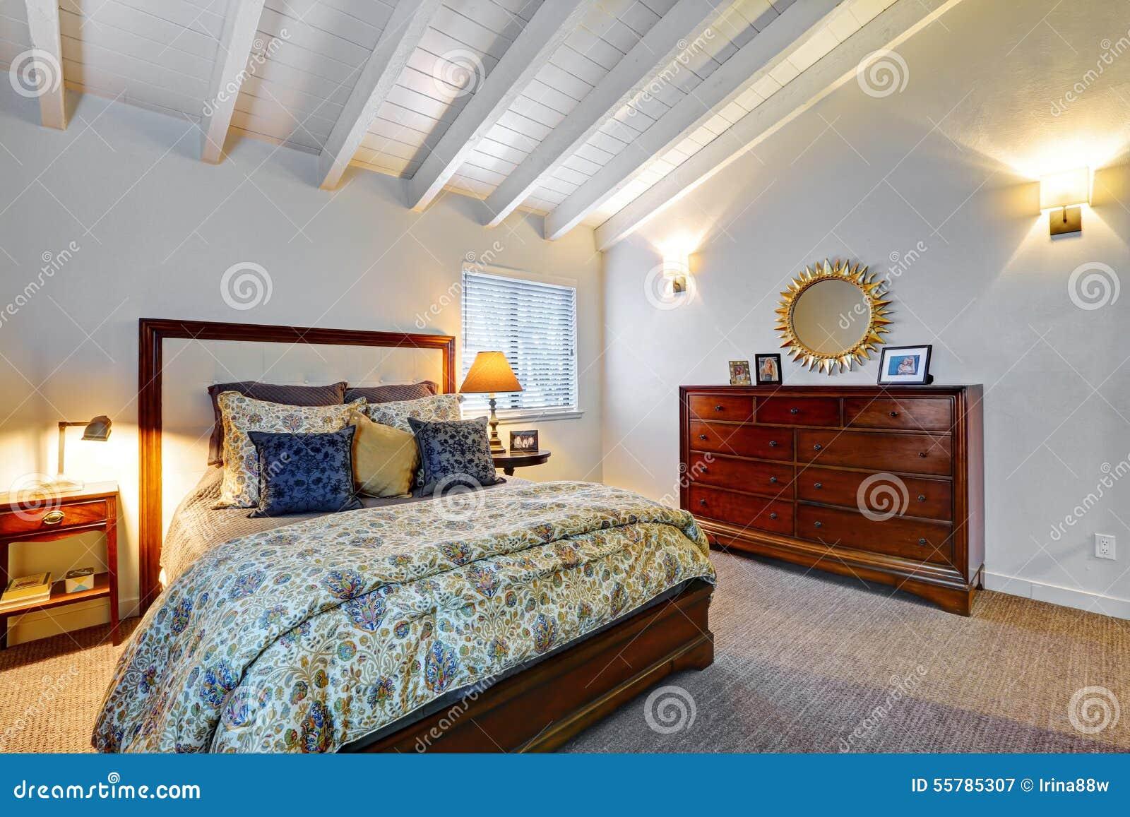 Elegeant sovrum med gråa väggar och den härliga dekoren arkivfoto ...