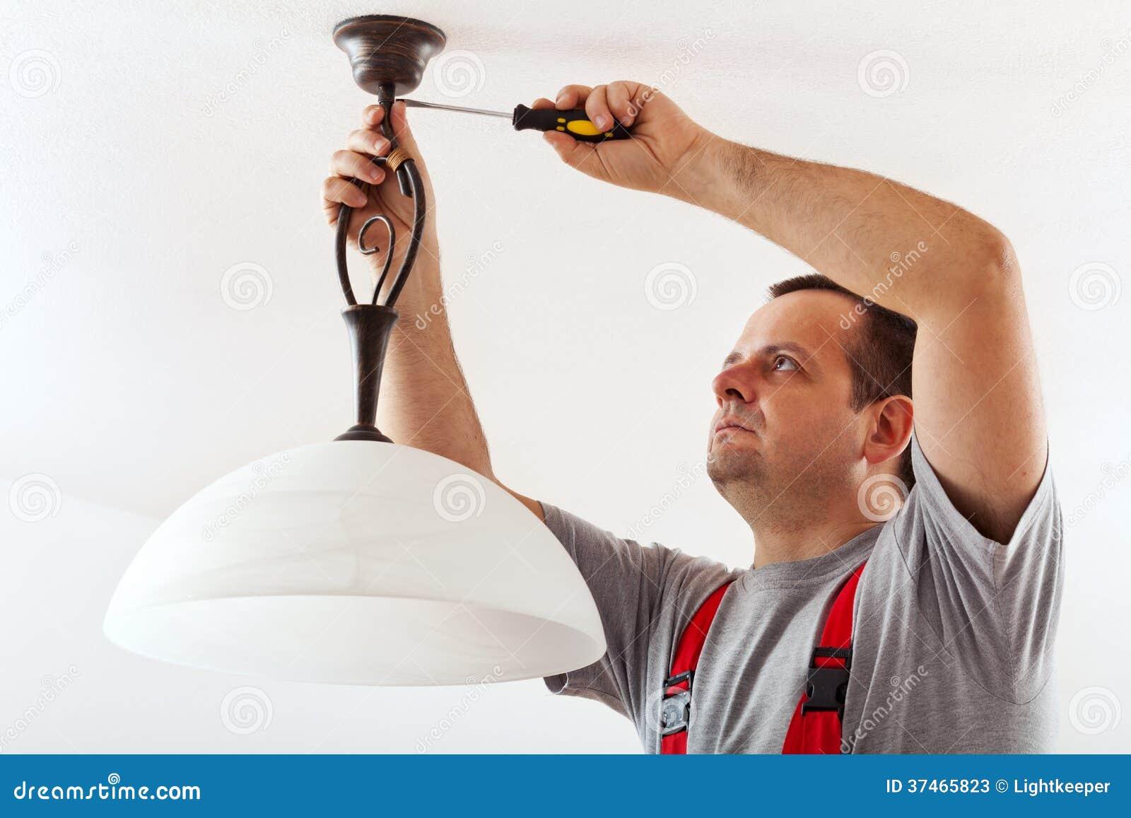 Elektricien het opzetten plafondlamp