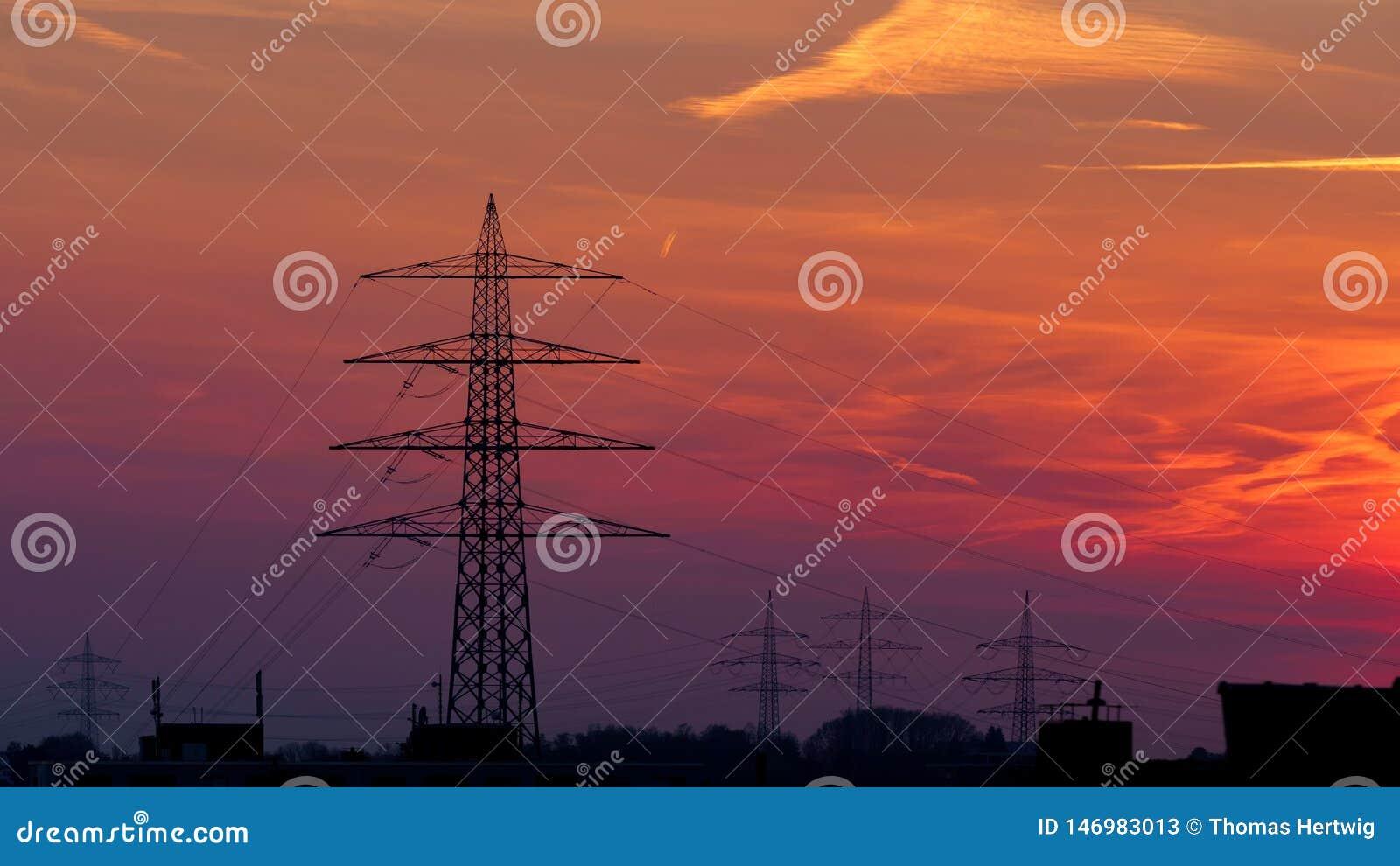 Elektriciteits Pylon silhouet over dramatische oranje zonsonderganghemel