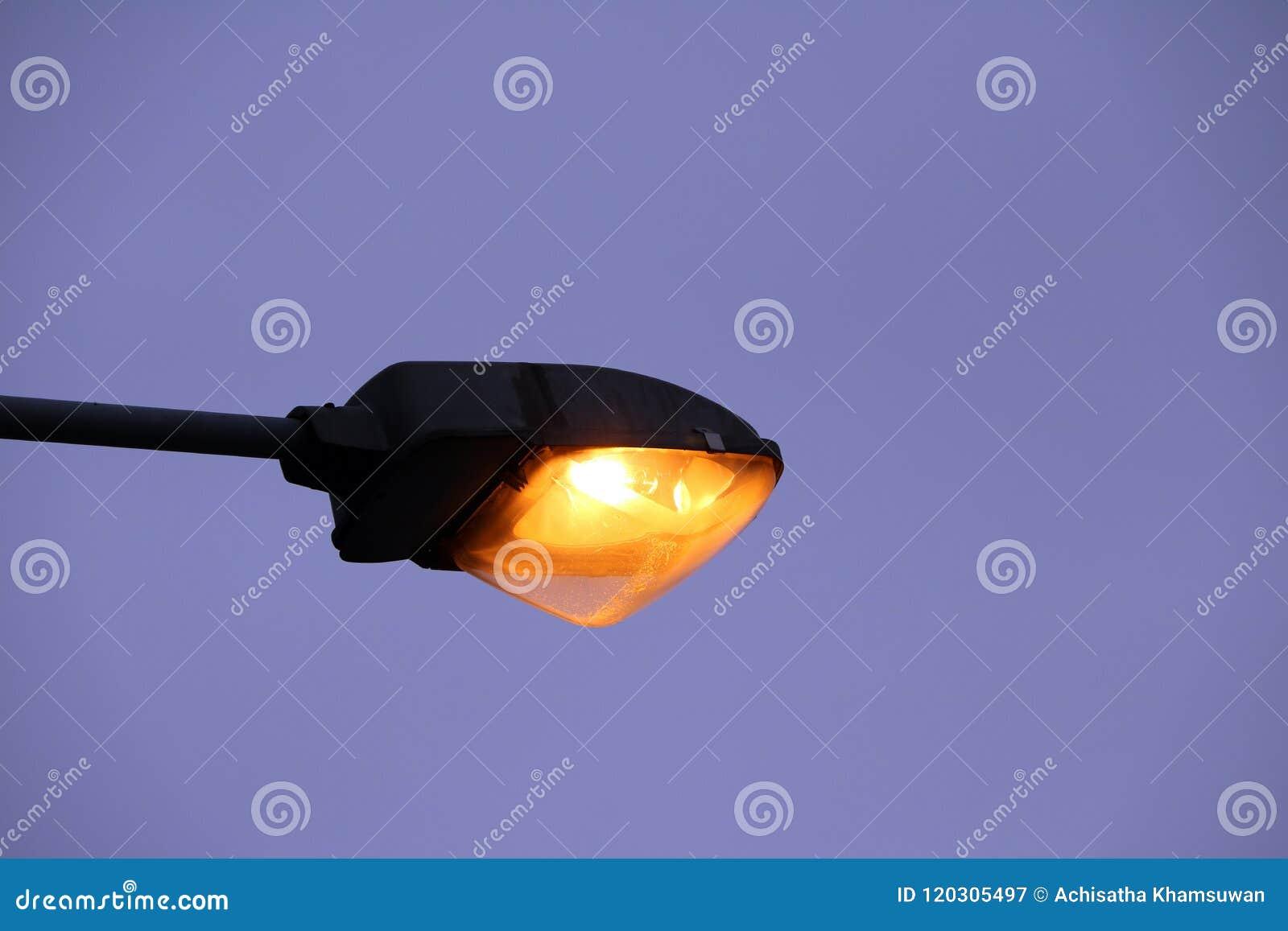 Elektricitetsljus på skymningaftonhimmel