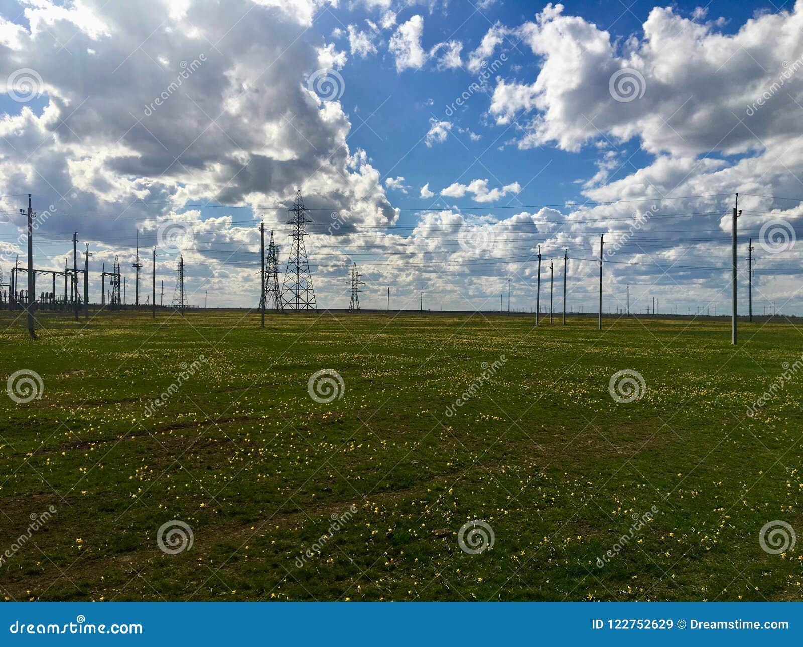 Elektricitetsstation i rysk stäpp med molnig himmel