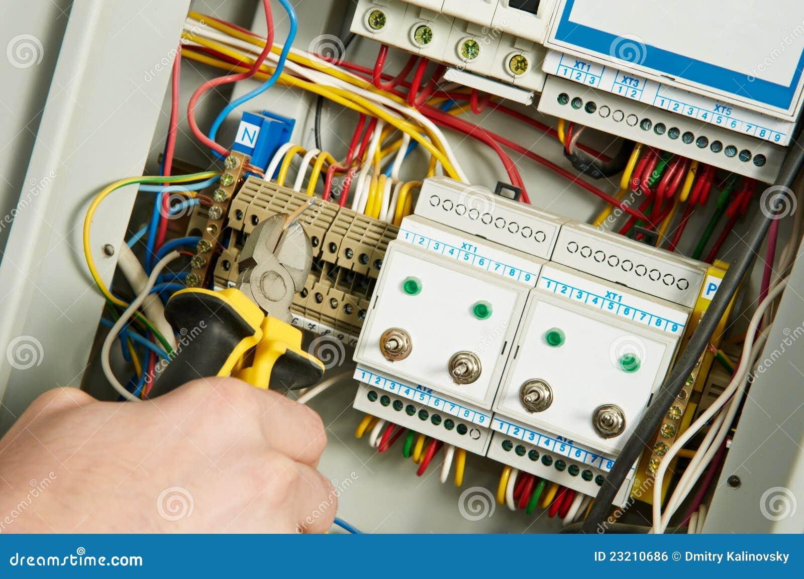 Elektriker bei der Arbeit stockfoto. Bild von installieren - 23210686