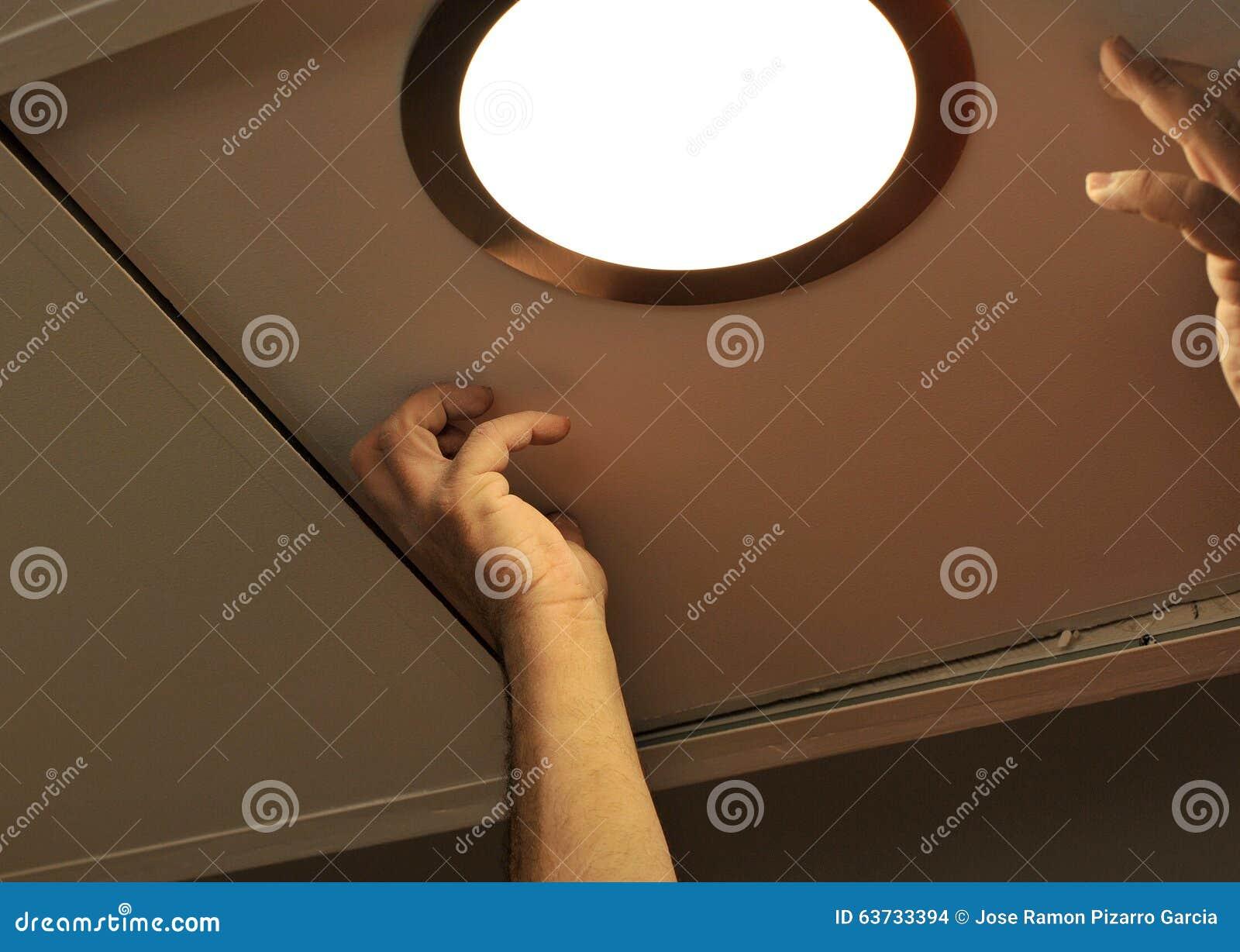 Elektriker, Der Einen Scheinwerfer In Die Küchendecke Installiert ...