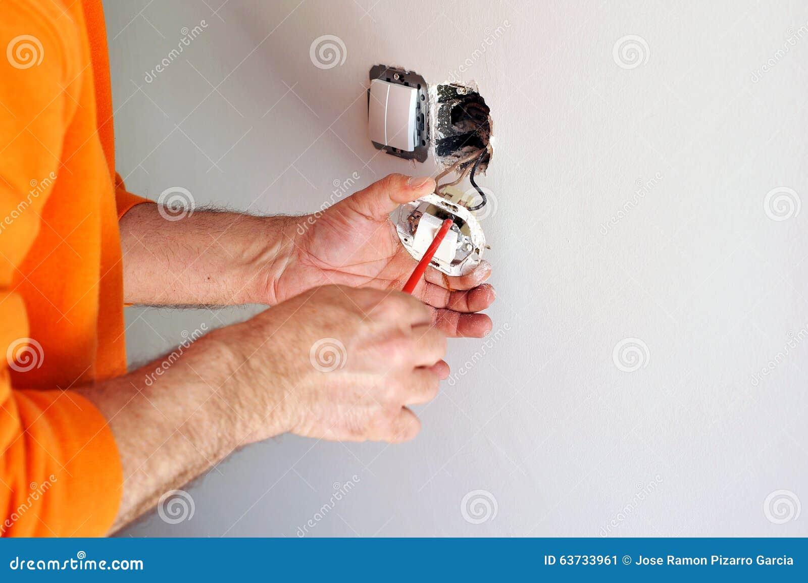 Elektriker, Der Elektrische Schalter In Das Neue Haus Installiert ...