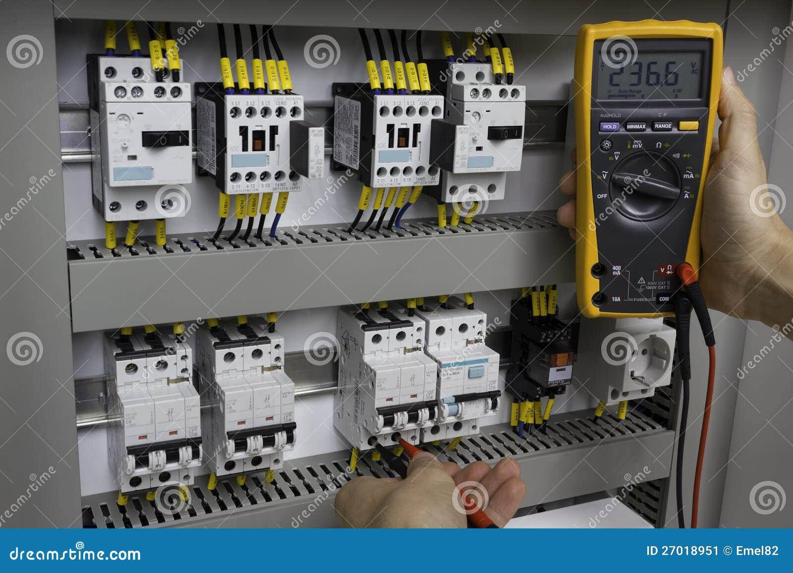 Elektriker på arbete