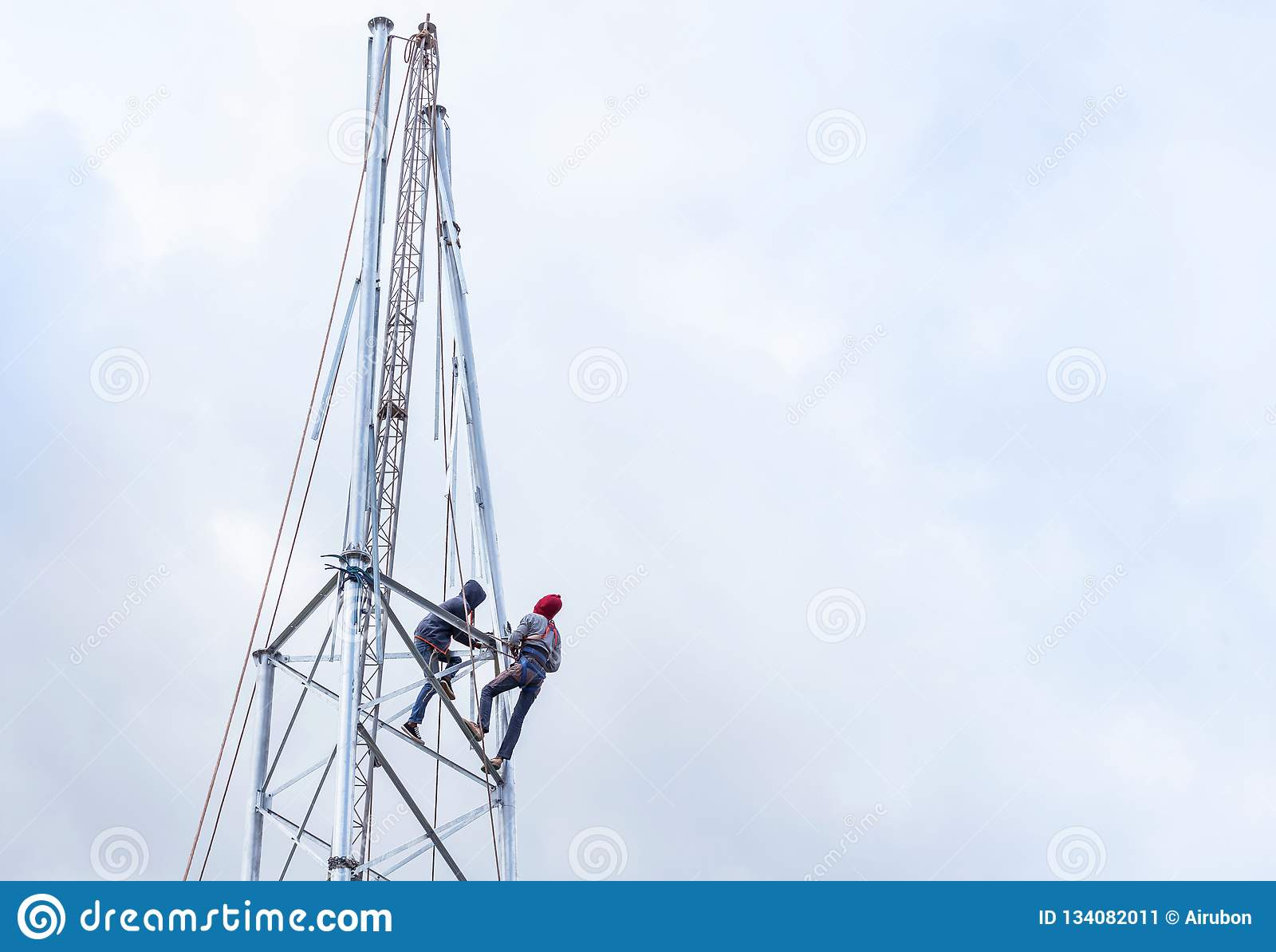 Elektriker som arbetar i höjden för installationsantennkommunikation