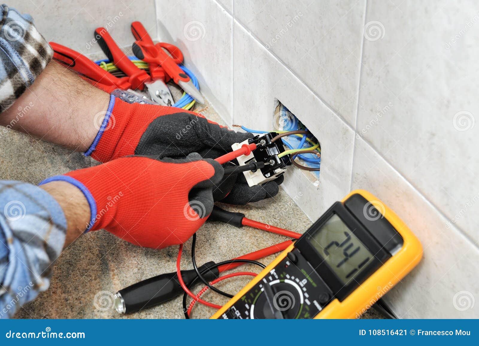 Elektrikertechniker, der sicher an einem elektrischen Wohnsystem arbeitet