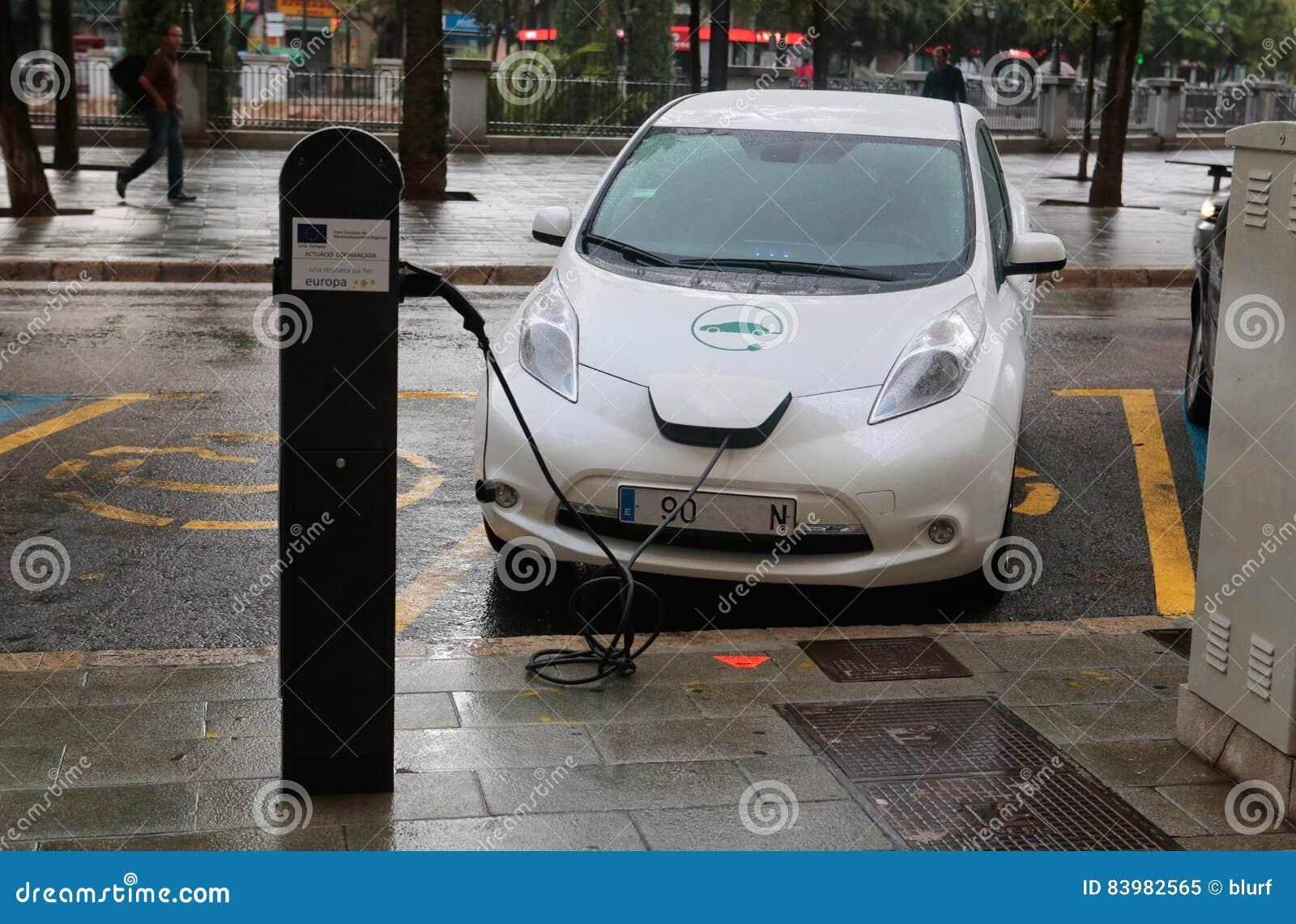 Elektrische Auto Die In Een Openbaar Punt In Majorca Laden