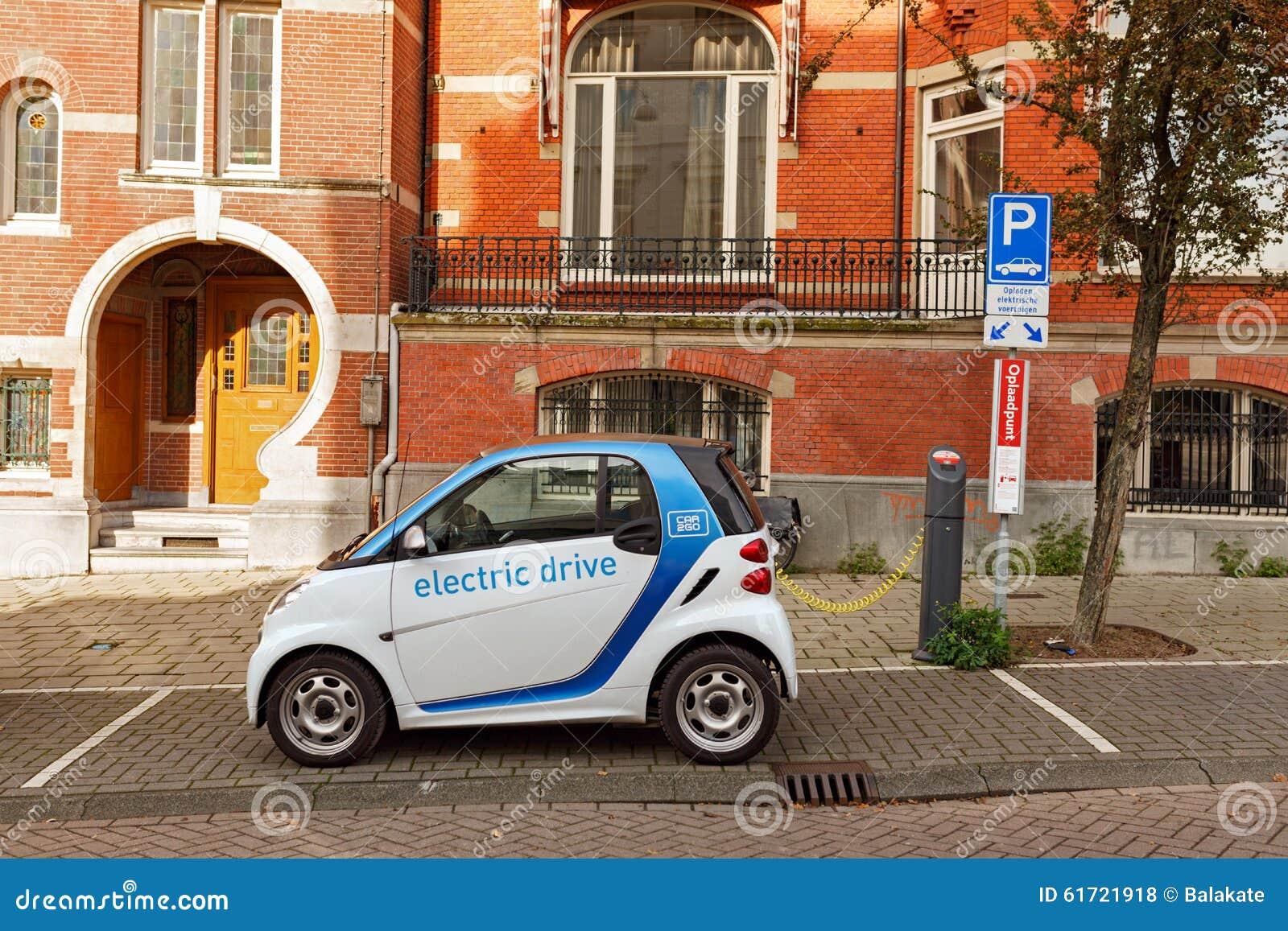 Elektrische Auto Die Op Straat In Amsterdam Laden Nederland Stock