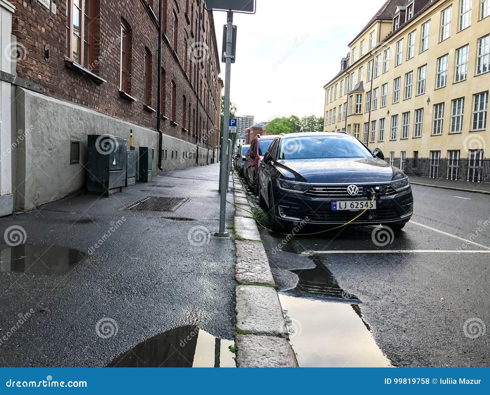 Elektrische Auto Het Laden Post In Oslo Redactionele Stock Foto