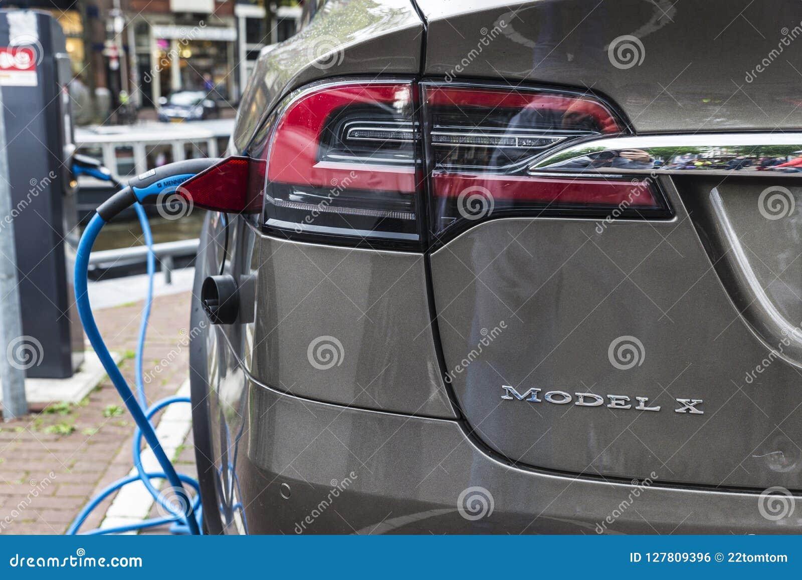 Elektrische Auto Tesla Modeldiex In Een Krachtcentrale Wordt Gestopt