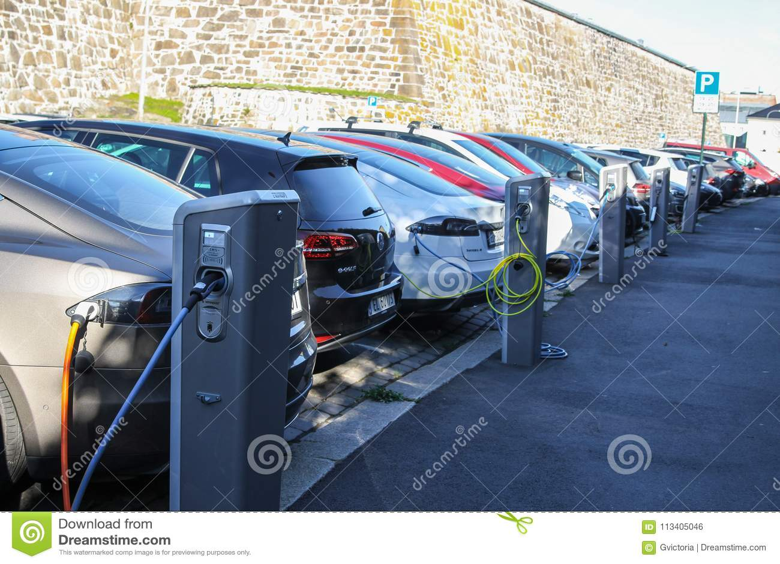 Elektrische Die Auto S Die En Bij Een Parkeerterrein In Oslo