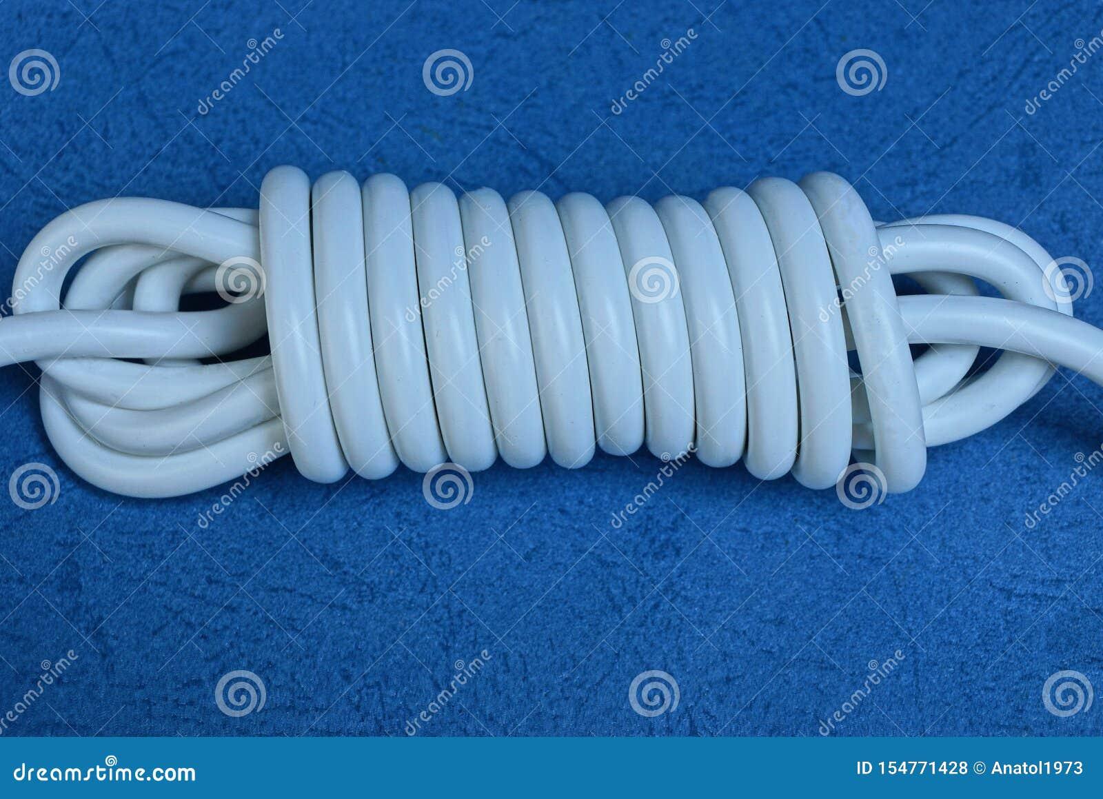 Elektrische kabel in een streng op een blauwe lijst