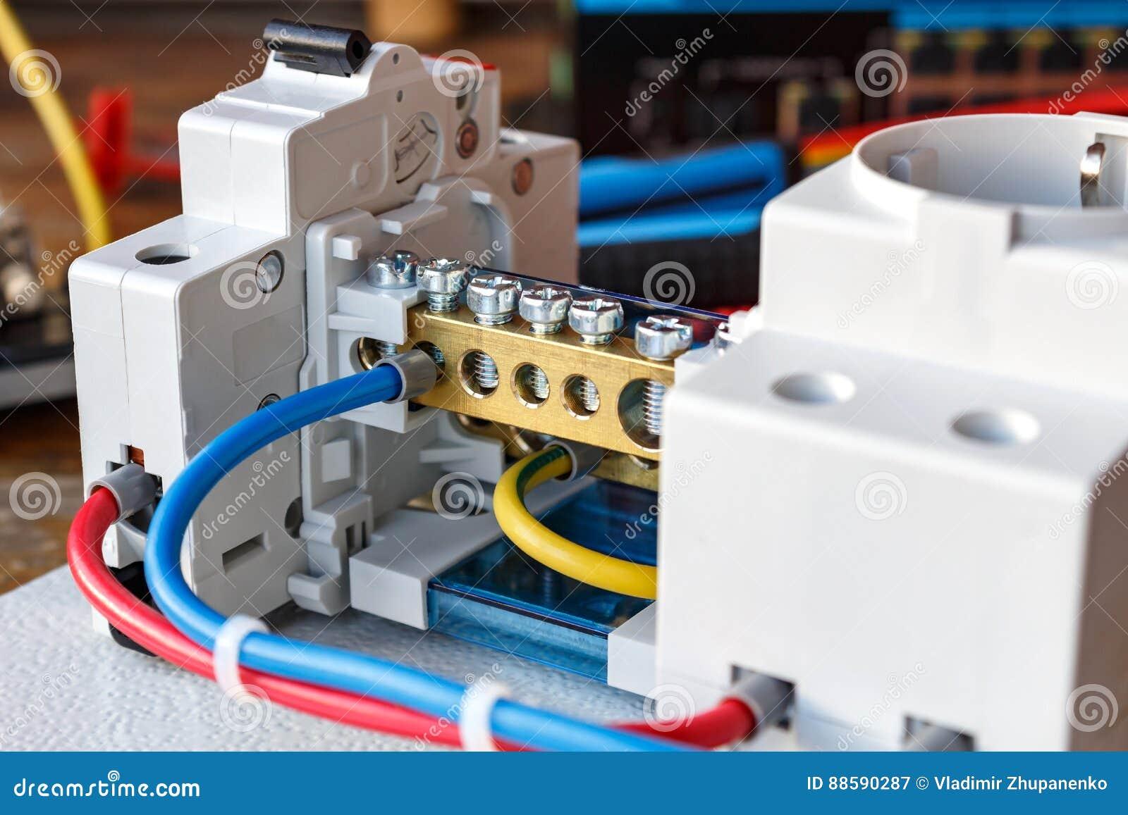 Elektrische Komponenten Auf Der Montageplatte Mit Den Verbundenen Drahten Stockbild Bild Von Elektrische Drahten 88590287