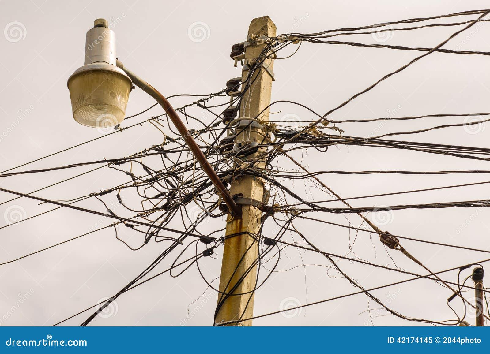 Elektrische Leitungen stockbild. Bild von leuchte, seilzug - 42174145