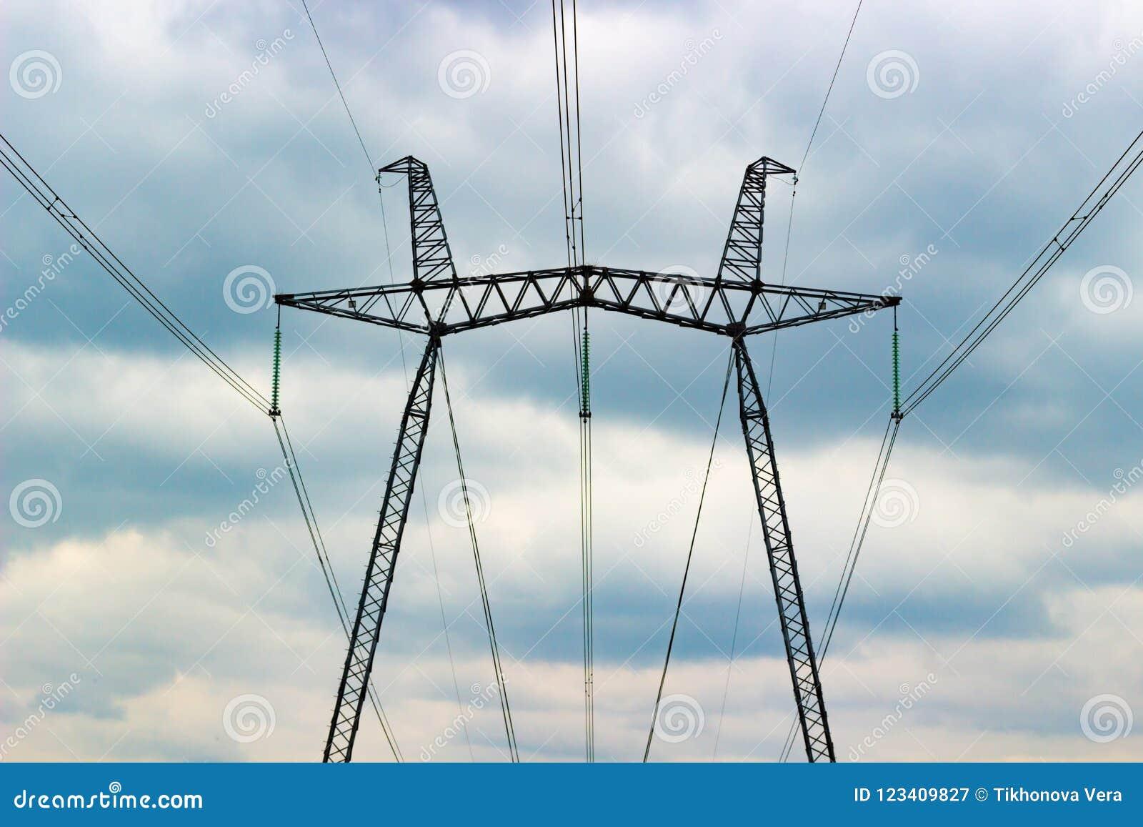 Elektrische pool op bewolkte hemel