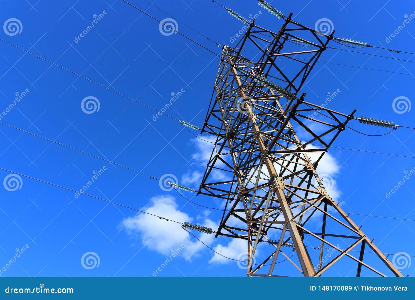 Elektrische pyloon op blauwe hemel