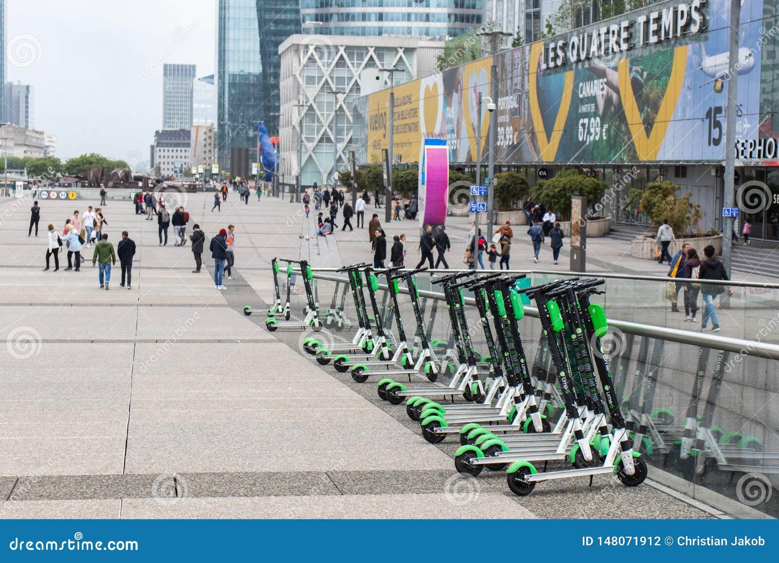 Elektrische Roller des Kalkes werden am La Défense in Paris, Frankreich geparkt