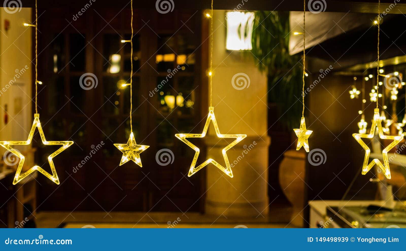 Elektrische Sterne mit warmen gelben Lichtern gegen einen zerstreuten Hintergrund