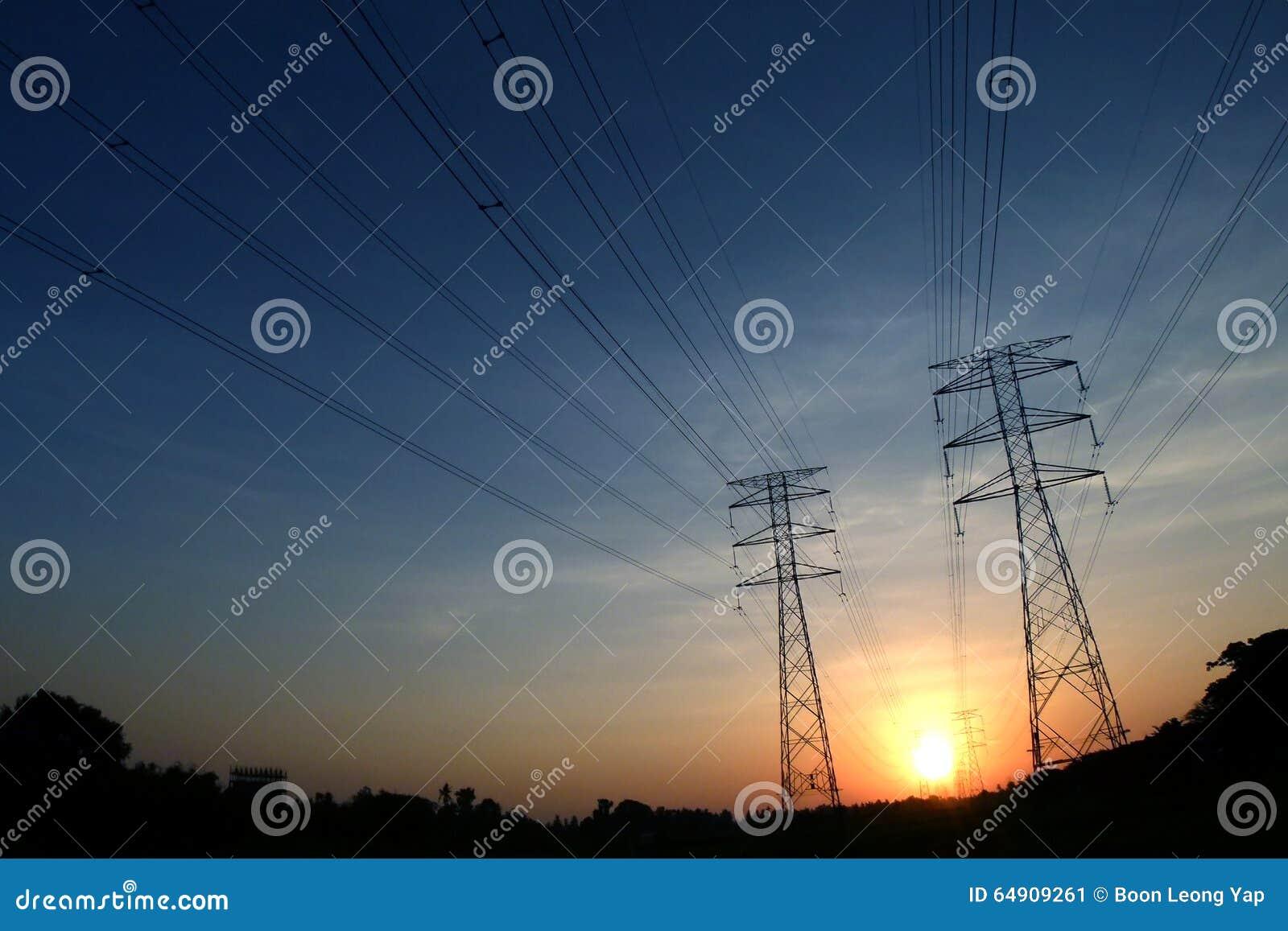 Elektrische Toren met draad op zwart silhouet in vroege ochtend, de brede schoten van de ooglens