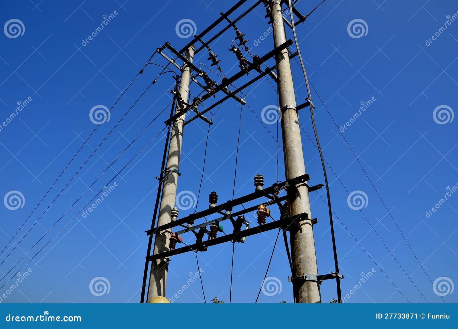 Elektrischer Pol und blauer Himmel
