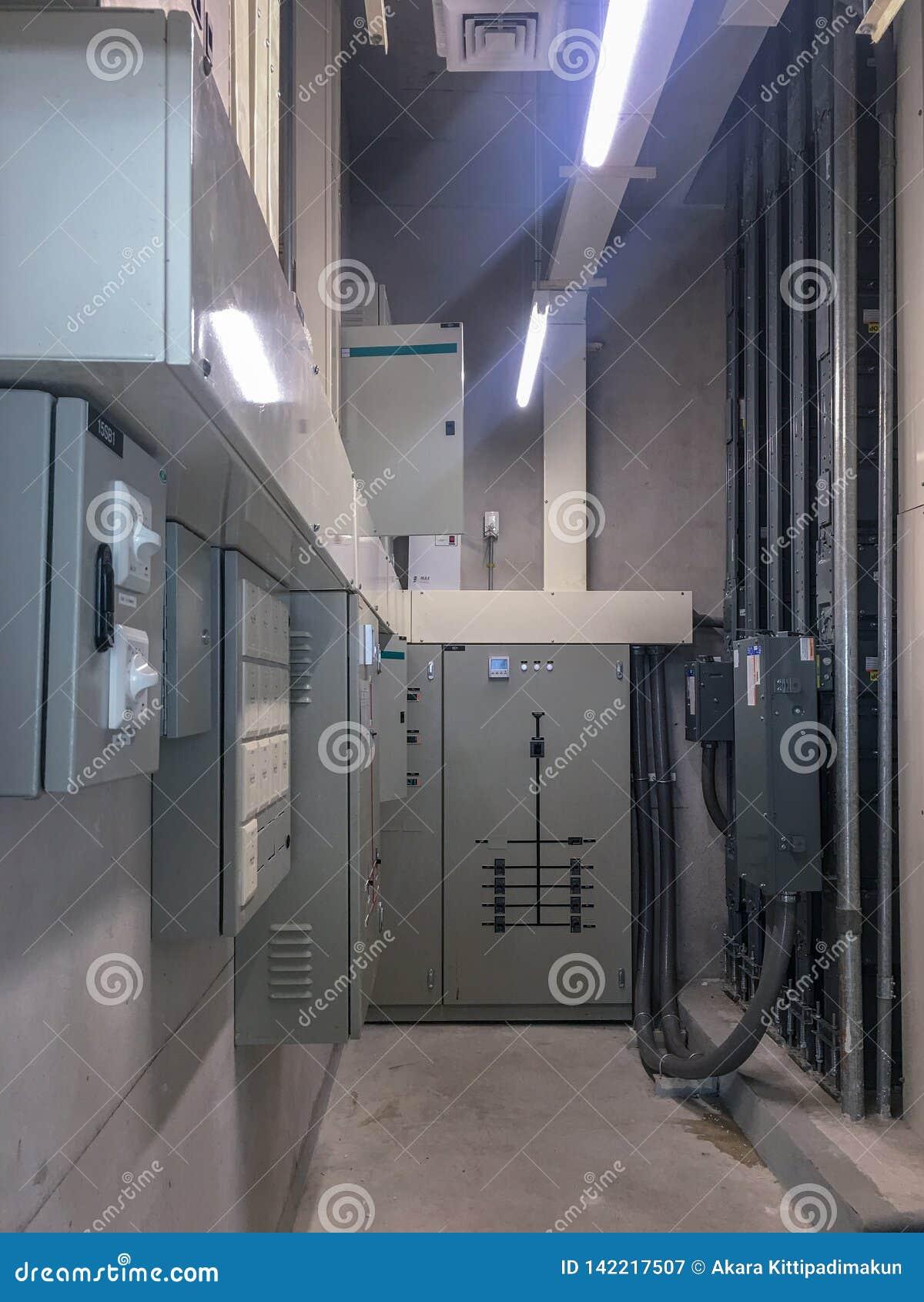Elektrisches Gremium im elektrischen Raum zur Steuerung und Stromnetz im Gebäude verteilen