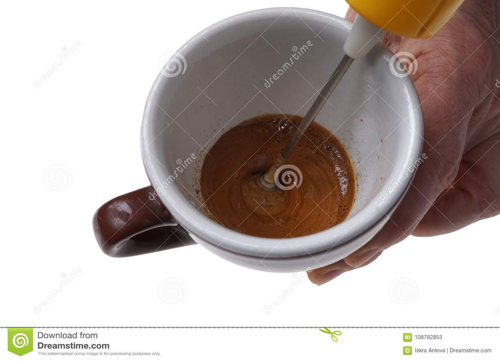Elektrisk drevkarl för ögonblickligt kaffe och koppen som isoleras på vit