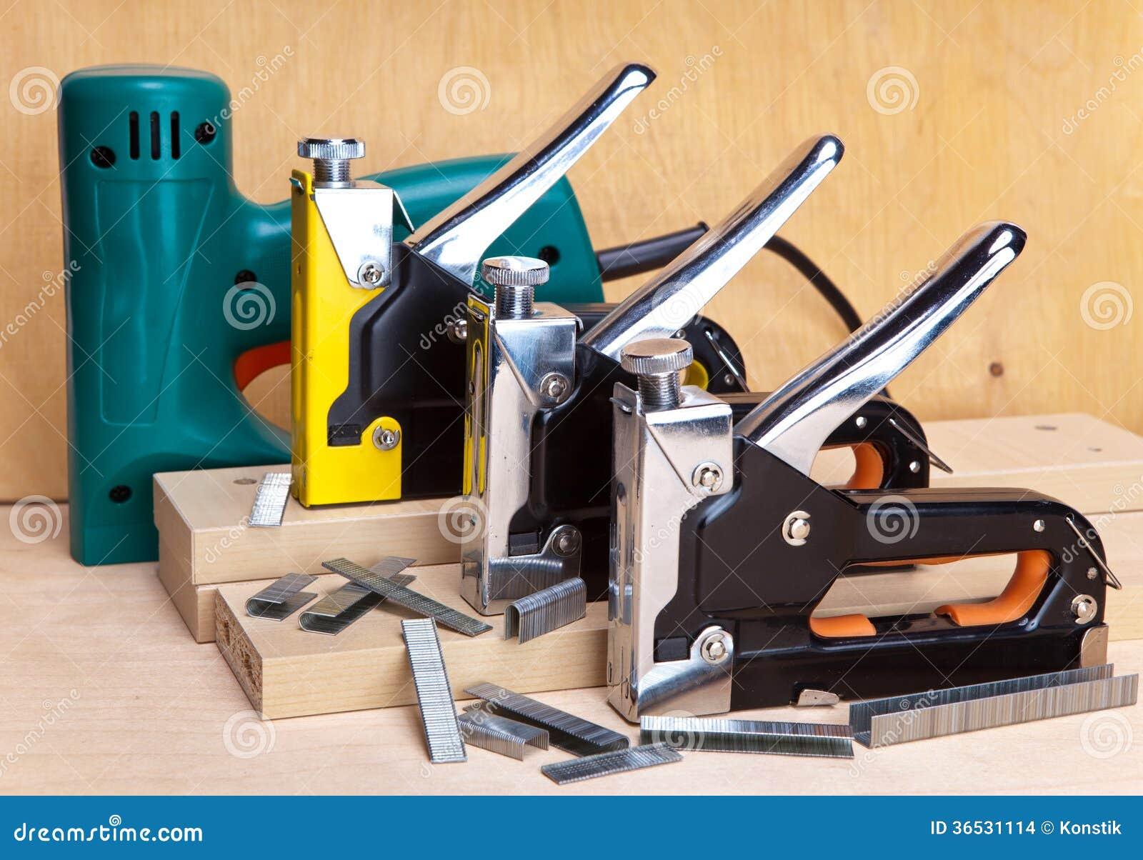 Elektriska häftapparater och manuellt mekaniskt - för reparationsarbete i huset och på möblemang och konsoler