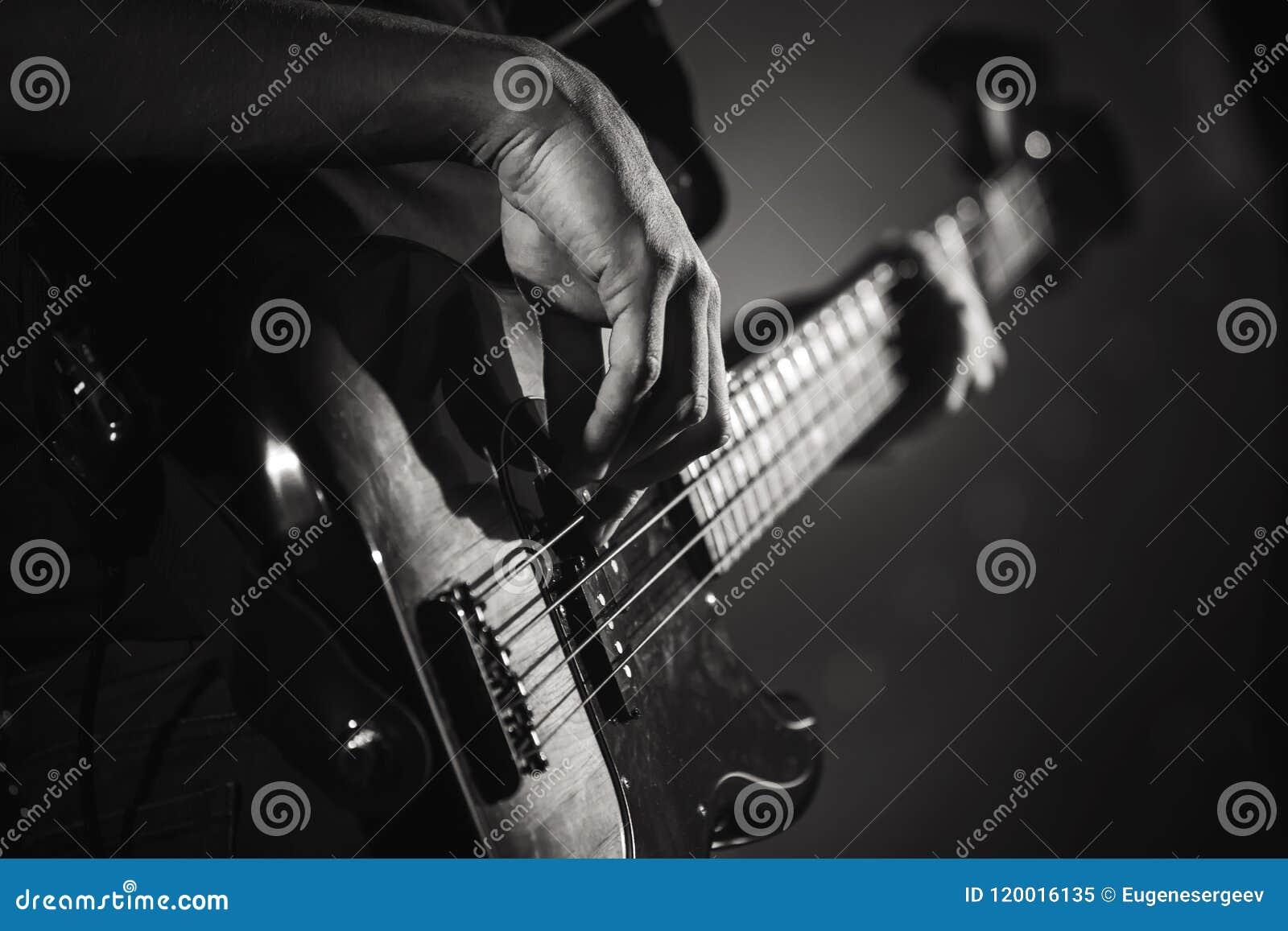 Elektriska händer för elbasspelare, levande musik