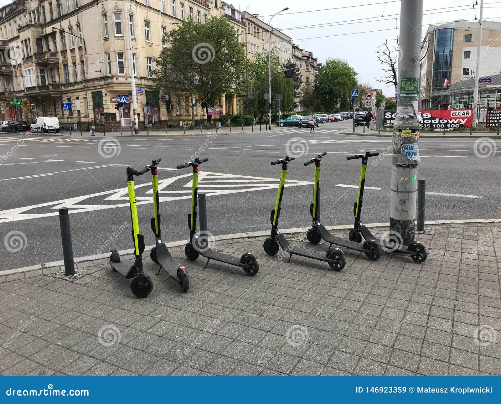 Elektriska sparkcyklar som väntar för att användas