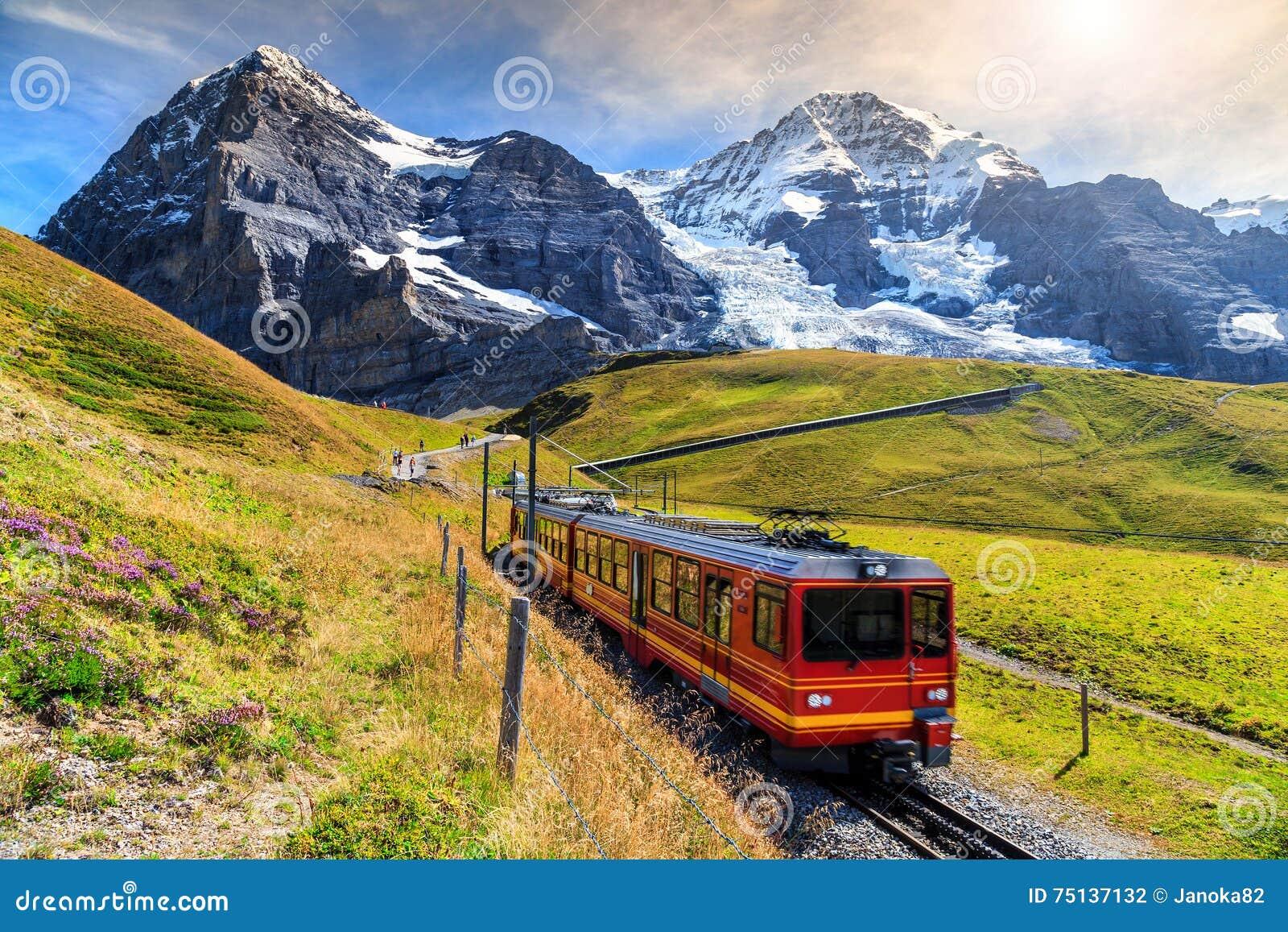 Elektriskt turist- drev och Eiger norr framsida, Bernese Oberland, Schweiz
