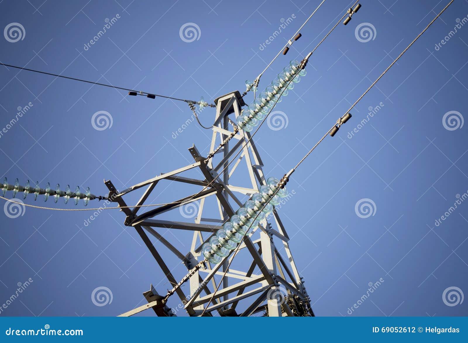 Elektro machtslijnen in hemel