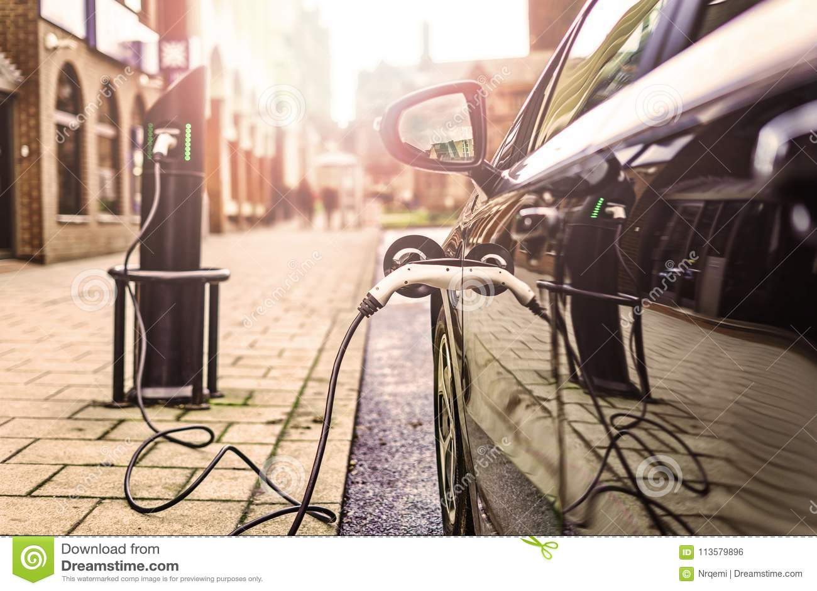 Elektro-Mobil, das auf Straße, in Großbritannien auflädt
