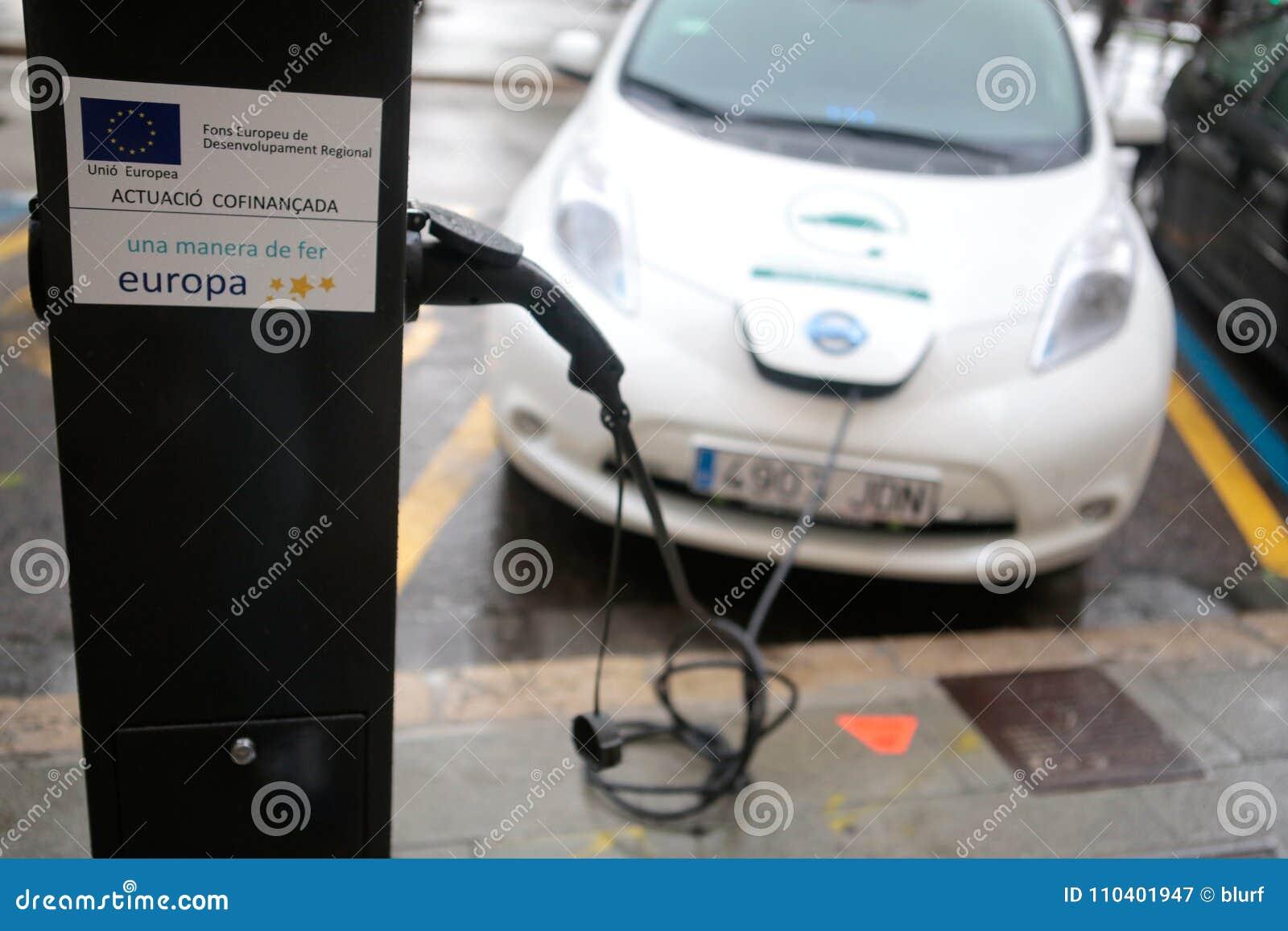 Elektroauto, das in einem allgemeinen Punkt in Palma de Mallorca auflädt