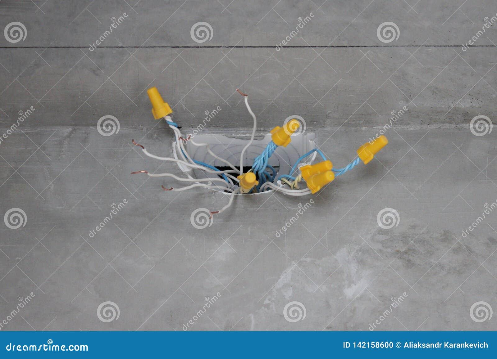 Elektrokabeldoos met draden en kabels elektro bedrading in de flat of het huis keurige moderne vernieuwing