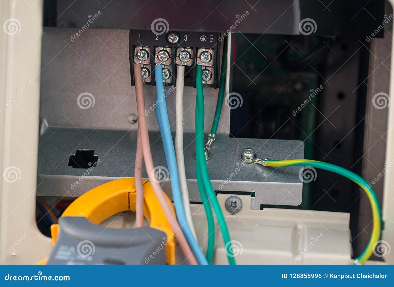 Elektrokabels met eindblok de elektrodraden wordt verbonden met klemmen in machtssysteem van direct voltage