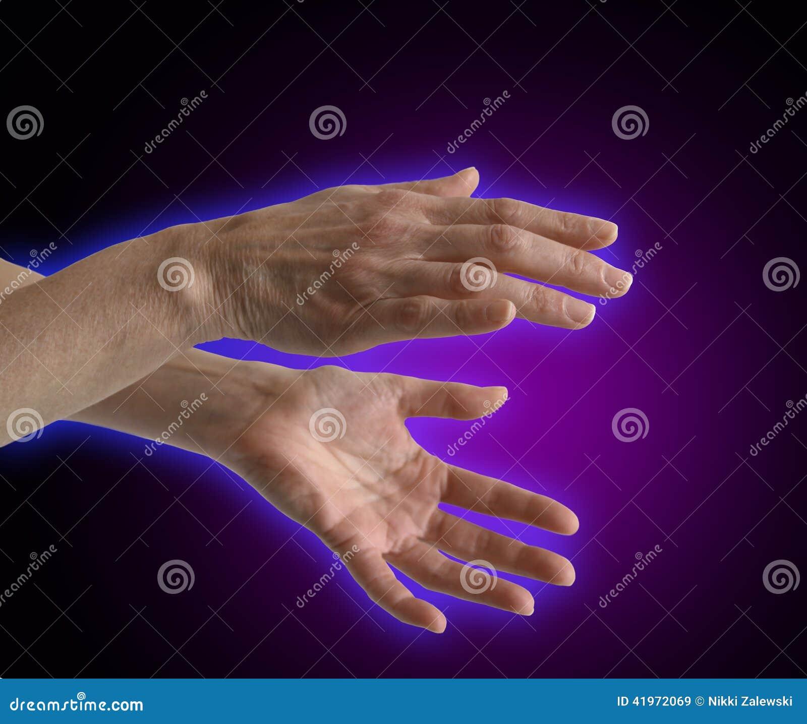 Elektromagnetyczna aura wokoło uzdrowiciel ręk