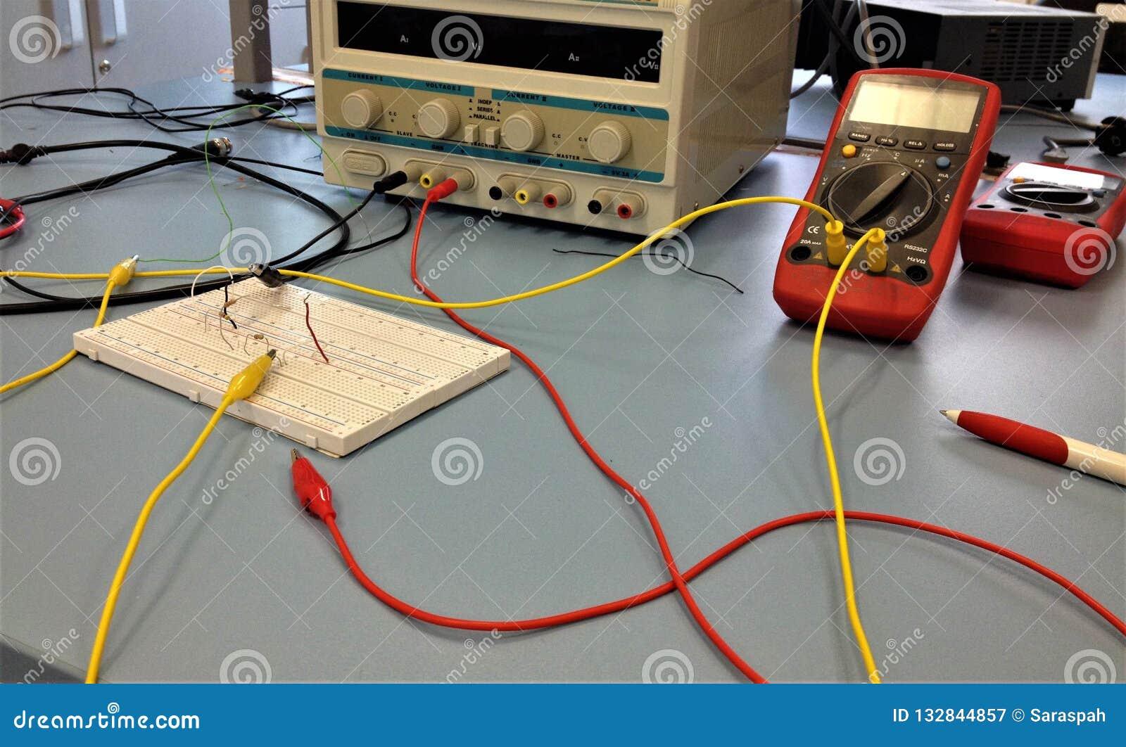 Elektroniki lab wyposażenie, instrumenty i breadboard,