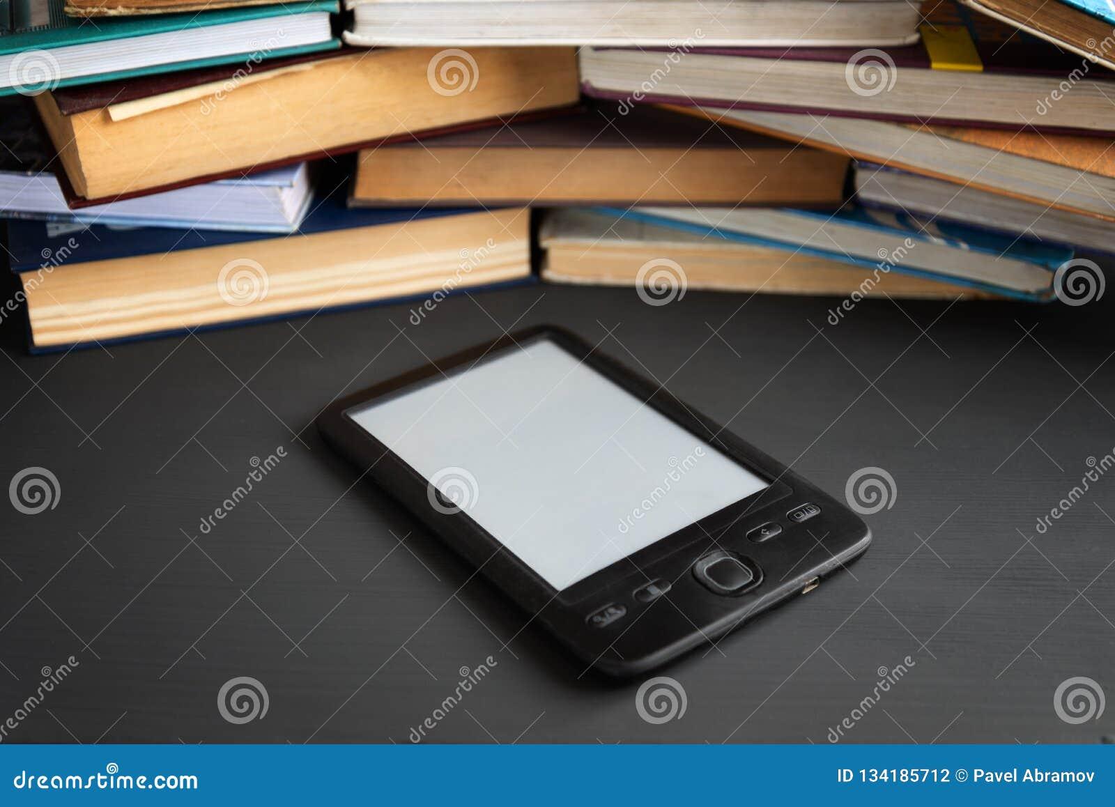 Elektronisch die boek tegenover verscheidene regelmatige handboeken wordt getoond