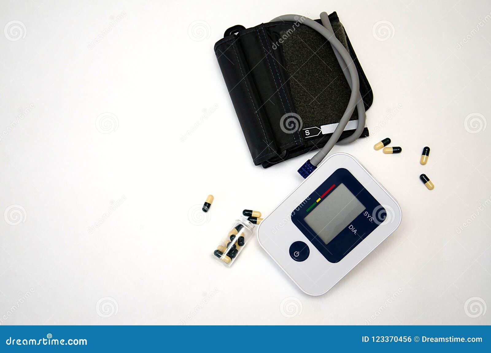 Elektronische bloeddruktonometer op witte achtergrond