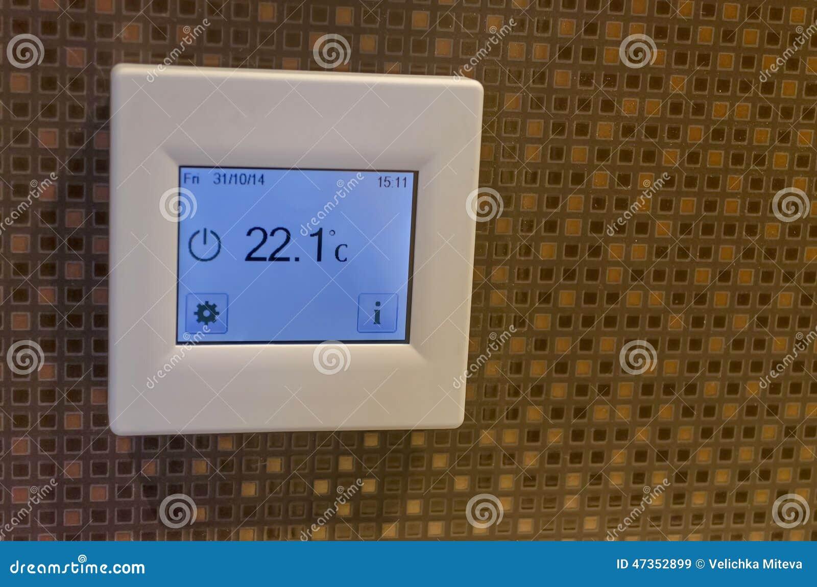 Elektronischer Thermometer Im Badezimmer Stockbild - Bild von