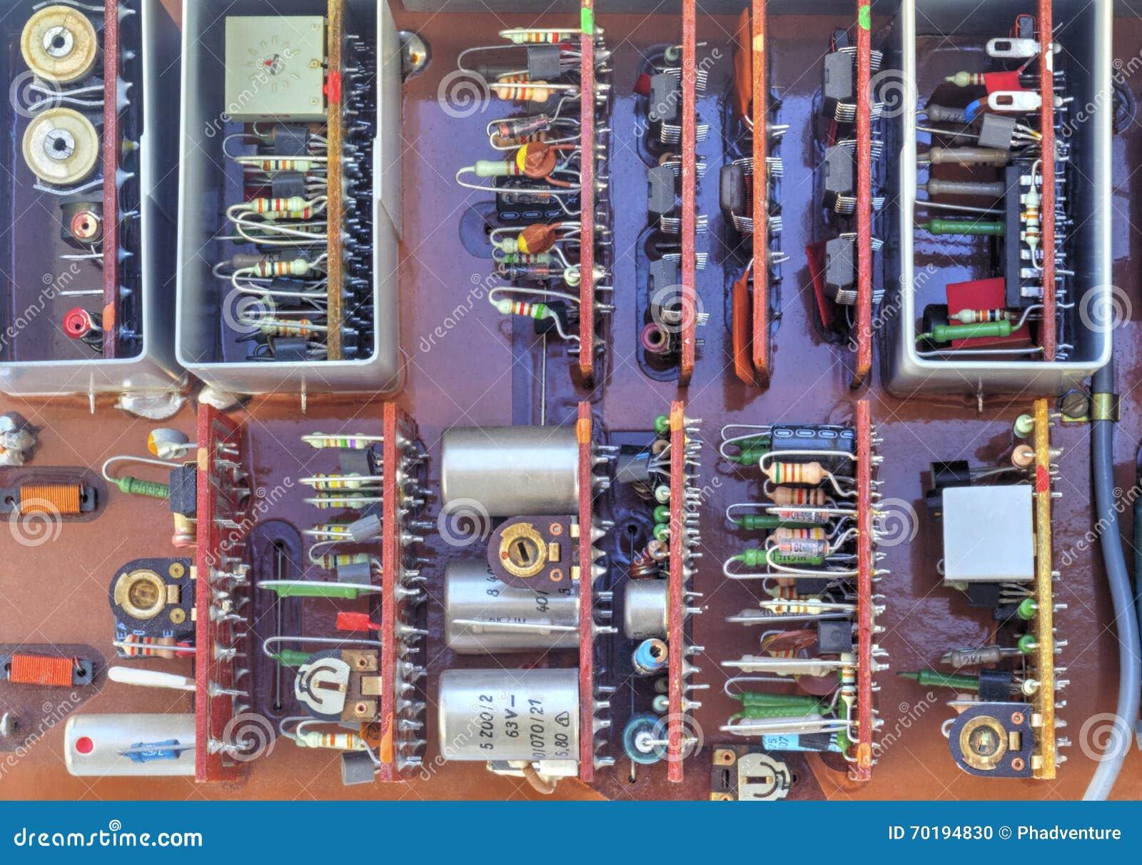 Elektronisk apparat med delar